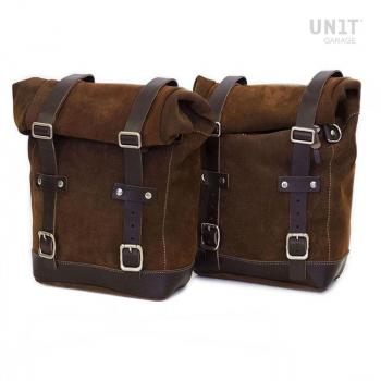 Deux sacoches latérales en croûte de cuir